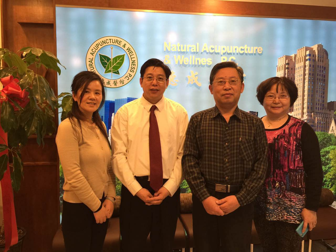 Professor Huang Huang visited Decheng Medical Center on March 25, 2015