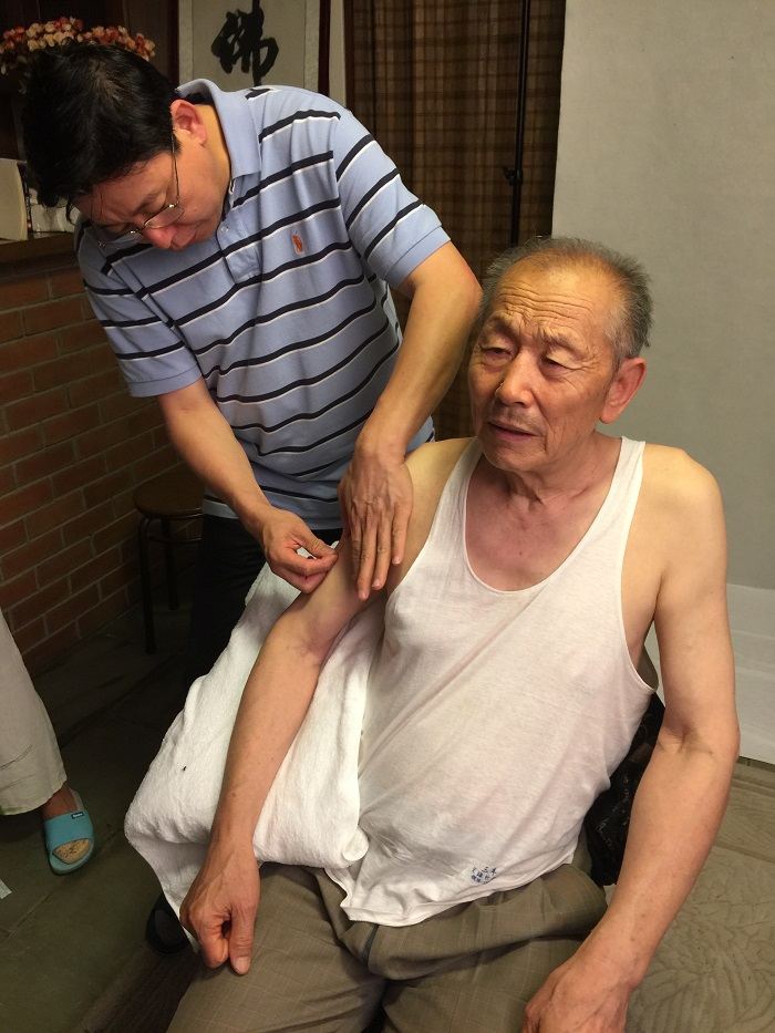On July 20, 2016, Professor Enguang Geng tasting the Motion Acupuncture